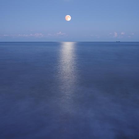luz de luna: Noche marino Foto de archivo