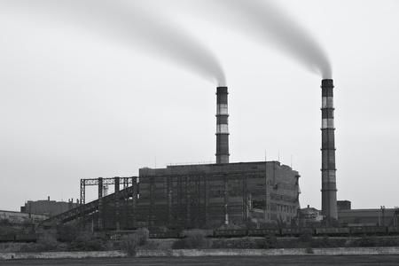 Foto blanco y negro de la planta de humo. La contaminaci�n del aire Foto de archivo - 11234242