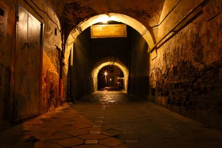 vuile straat in de oude stad eurpean