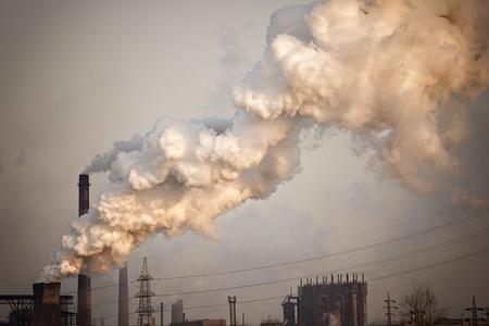 contaminacion del aire: Planta industrial con humo amarillo. Aire concepto de contaminaci�n