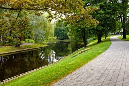 Zomer stadspark met rivier