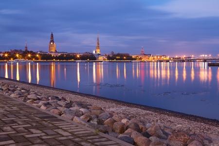 Nacht Riga stadsgezicht. Letland