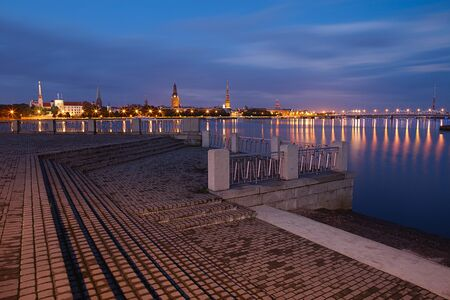Nacht Riga stadsgezicht Letland Stockfoto