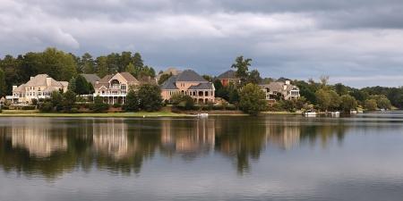 Huizen in de buurt van het meer