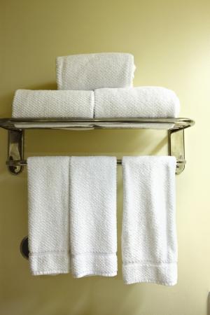 Witte handdoeken op een handdoek rek Stockfoto