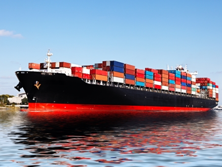 export and import: Buque de carga en el puerto