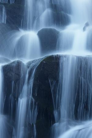 Winter waterval, Karpaten, Oekraïne Stockfoto