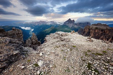 Bewolkt en mistige zonsopgang op de Dolomieten bergen, Italië