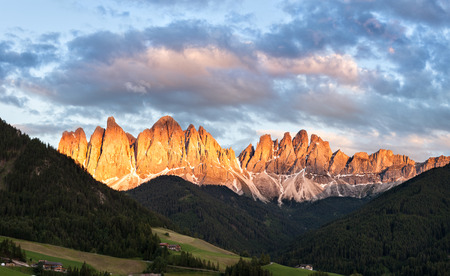 odle: Panorama of Geisler (Odle) Dolomites Group, Val di Funes, Italy, Europe Stock Photo