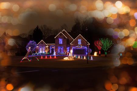 iluminado: Casa de la Navidad decorado Foto de archivo