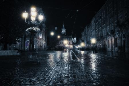 Oude Europese stad op regenachtige nacht