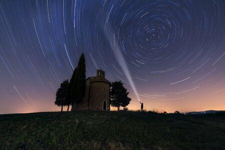 cappella: Capilla de la Virgen de Vitaleta en la noche. Toscana, Italia Foto de archivo