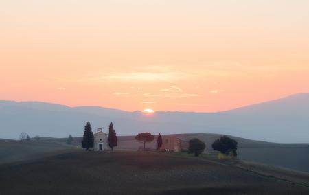 cappella: Capilla de la Madonna di Vitaleta al amanecer. Toscana, Italia