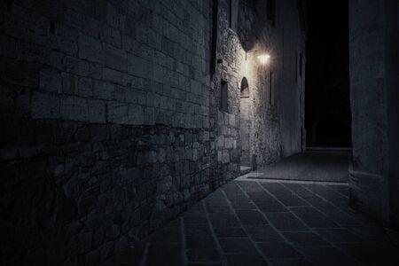 Oude Europese straat in het donker bij regenachtige nacht