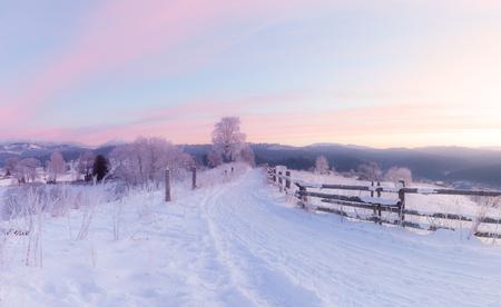 Panorama von schneebedeckten Hügeln des Wintergebirges