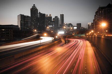 De skyline van de de stadsnacht van Atlanta, Georgië, de VS