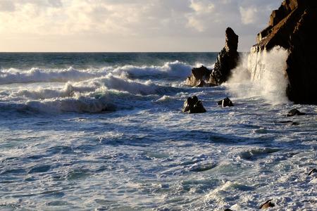 Big ocean wave crashing rock Zdjęcie Seryjne