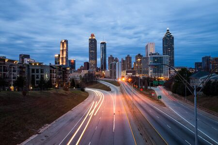 Atlanta centrum miasta nowoczesne panoramę nocną nad autostradą międzystanową, Georgia, USA.