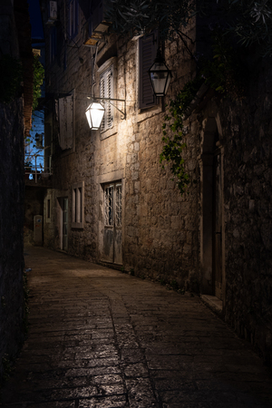 Stara ulica w nocy oświetlona zabytkowymi latarniami. Budva, Czarnogóra Zdjęcie Seryjne