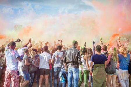 folla: Celebranti che ballano durante il colore Holi Festival
