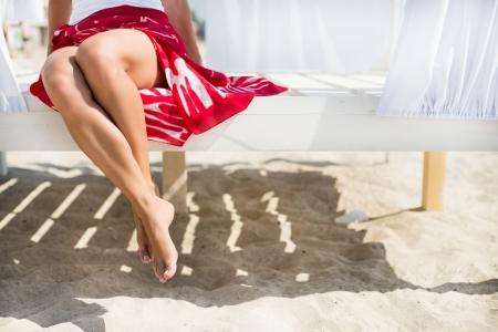 piernas sexys: Piernas de la mujer en la playa en un d�a soleado Foto de archivo