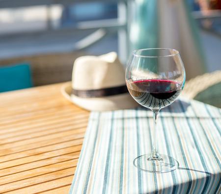 vaso de vino: Copa de vino en la mesa Foto de archivo