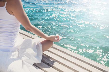 woman meditating: Mujer meditando en el mar