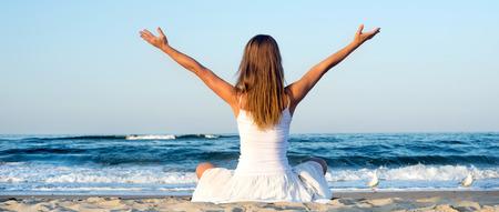 Femme méditant sur la mer
