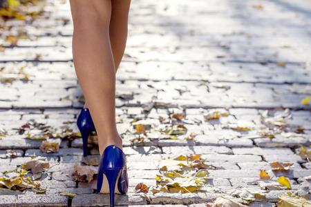 pies sexis: piernas de la mujer en el parque Foto de archivo