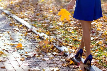 piernas con tacones: piernas de la mujer en el parque Foto de archivo
