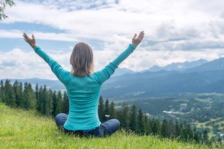 Blonde femme faisant du yoga dans les Montagnes Banque d'images