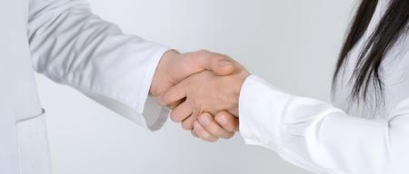 fisioterapia: Close up de paciente agitando las manos con m�dico