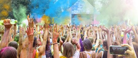 Celebransami tańczy podczas kolor Holi Festival
