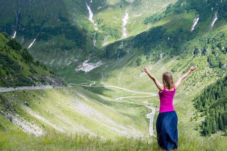 position d amour: Jeune femme m�diter sur le sommet de la montagne