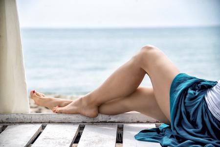 belles jambes: vue sur les jambes de femme agréable à la station