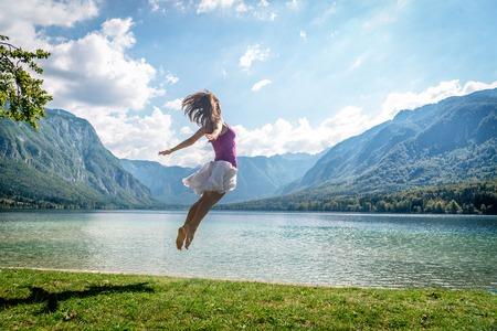 La ragazza che salta sul lago