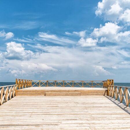 Muelle de madera con el mar azul Foto de archivo