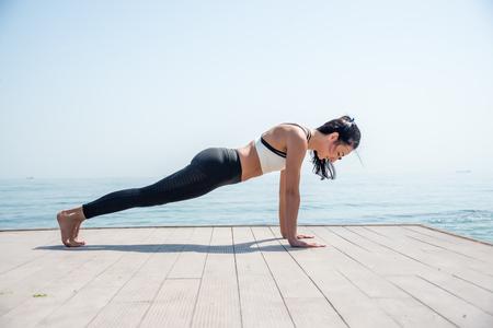 Fitness Girl working out on the beach Zdjęcie Seryjne