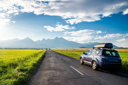 山道で旅行する車。スロバキア