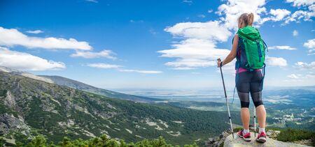 Jeune femme avec sac à dos randonnée en montagne Banque d'images