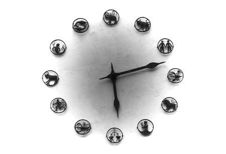 signes du zodiaque: Big horloge int�gr�e dans un mur, un cadran, il est ex�cut� � partir de signes zodiacaux. Banque d'images