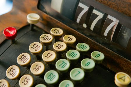 maquina registradora: Cerca de las teclas en una vieja caja registradora