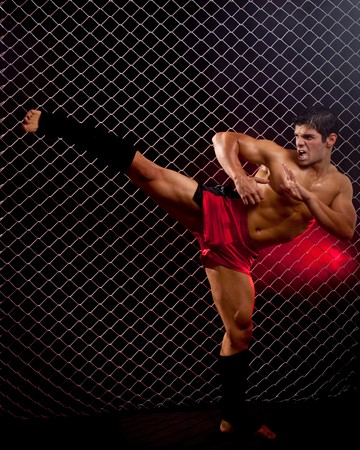 artes marciales: Marciales mixtas que plantea en frente de la cadena de enlace  Foto de archivo