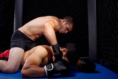 impacts: Mezcla de artistas marciales combates - tierra de lucha  Foto de archivo