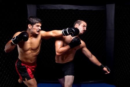 artes marciales: Artistas marciales mixtos combates - punzonado  Foto de archivo