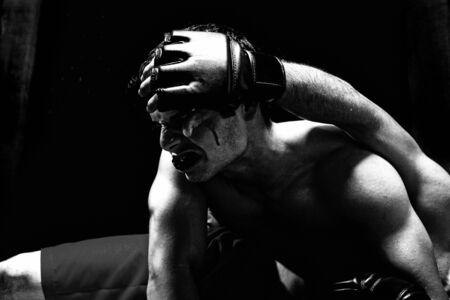 hemorragias: Mezcla de artistas marciales combates - tierra de lucha  Foto de archivo