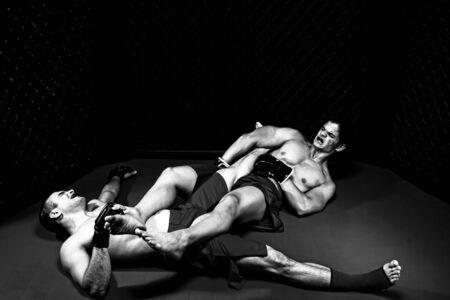 arte marcial: Mezcla de artistas marciales combates - tierra de lucha  Foto de archivo