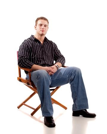 Casual jongeman in bestuur stoel gezeten. Stockfoto