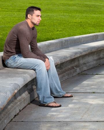 hombre sentado: Joven fuera