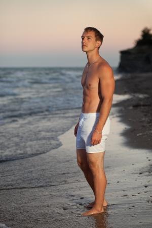 ropa interior: Modelo de ropa interior en la playa Foto de archivo